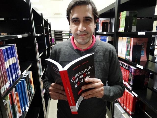 Eric Beuttenmüller é professor universitário e revisor. Doutor em Letras pela Universidade de São Paulo (USP), tem mais de dez anos de experiência na área da Educação. Desde 2013 é professor na Faculdade Piaget.