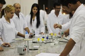 Estudantes em aula prática no Laboratório de Química da Piaget: excelência no ensino