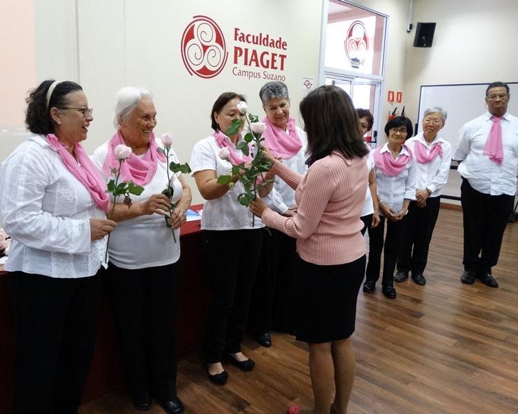 Diretora acadêmica Neide Feijó homenageia, com rosas, voluntários na luta contra o câncer